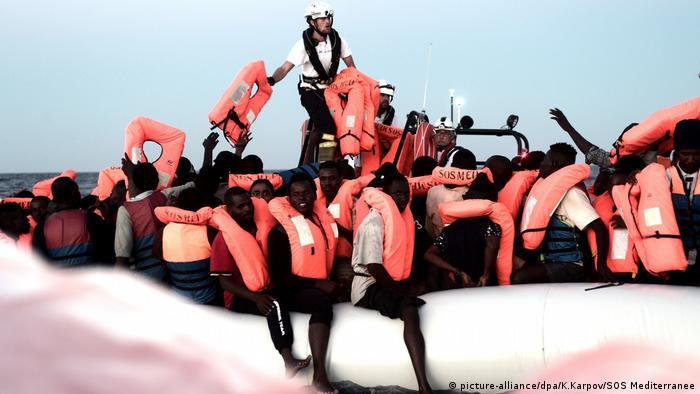 Flüchtlinge werden von Aquarius aufgenommen (picture-alliance/dpa/K.Karpov/SOS Mediterranee)