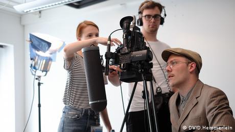 Volontärinnen und Volontäre der DW bei der Produktion ihres TV-Magazins