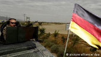 Bundeswehrsoldaten sichern in Afghanistan einen Konvoi ab (Foto: dpa)