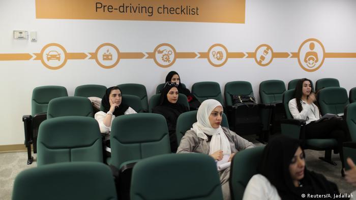 کمپانی آرامکو ۶۶۰ هزار کارمند دارد که پنج درصد آن را زنان تشکیل میدهند. بنا بر این دور از انتظار نیست که سه هزار نفر از زنان شاغل در این کمپانی برای فراگرفتن رانندگی به آموزشگاه اختصاصی کمپانی مراجعه کنند.