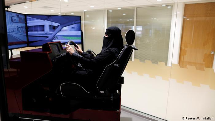 امیره عبدالقادر(عکس در حال تمرین رانندگی) آرشیتکت است. برای او کسی که پشت فرمان مینشیند کنترل را در دست دارد. او میگوید: «من میخواهم کسی باشم که تصمیم میگیرد چه زمانی و به کجا میرود و چه زمانی باز میگردد».