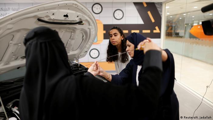 آموزشهای فنی همچون کنترل روغن و تعویض لاستیک نیز بخش دیگری از آموزش رانندگی به زنان است.