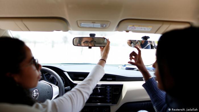 در سالهای گذشته اگر پلیس عربستان سعودی زنی را هنگام رانندگی میدید بطور موقت بازداشت میکرد. این رفتار از روز یکشنبه (۲۴ ژوئن/ ۳ تیر) رسما پایان یافت.