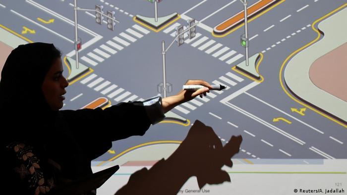 زنان عربستان سعودی در آموزشگاه رانندگی در دو بخش تئوری و عملی آموزش میبینند. سازمانهای حقوق بشری در بیش از سه دهه گذشته به ممنوعیت رانندگی زنان در عربستان اعتراض میکردند و آن را تبعیض آشکار و نقض حقوق زنان میدانستند.