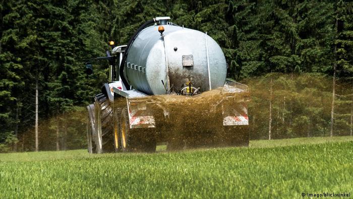 Feld wird mit Gülle gedüngt (Imago/blickwinkel)
