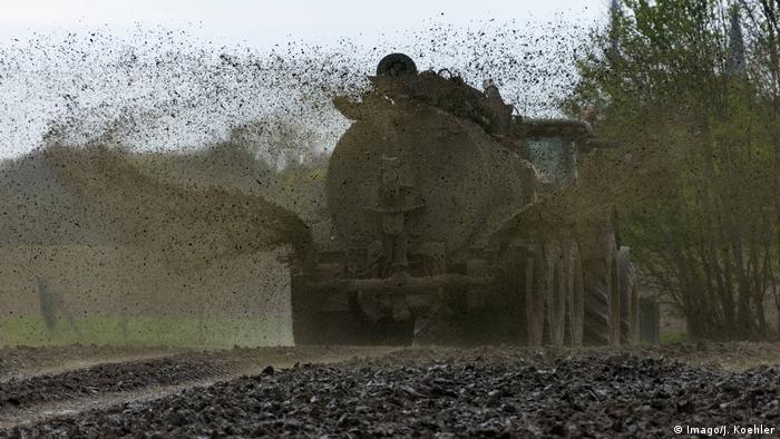 Feld wird mit Gülle gedüngt (Foto: Imago/J. Koehler)