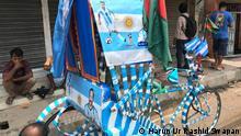 Dhaka, Juni 2018 Fahrer bemalt seine Rikscha in den Farben Argentiniens ****Achtung: Verwendung nur zur abgesprochnen Berichterstattung