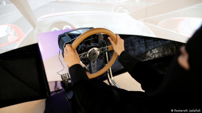 امیره عبدالقادر حالا گواهینامه رانندگی خود را گرفته است. او میگوید: «اولین کاری که امروز میکنم، با ماشین به خانهمان میروم و مادرم و فقط مادرم را سوار ماشینم میکنم تا با هم در شهر بگردیم».