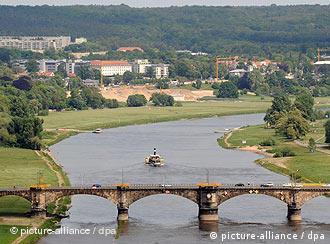 Vale do rio Elba, com canteiro de obras da futura ponte ao fundo