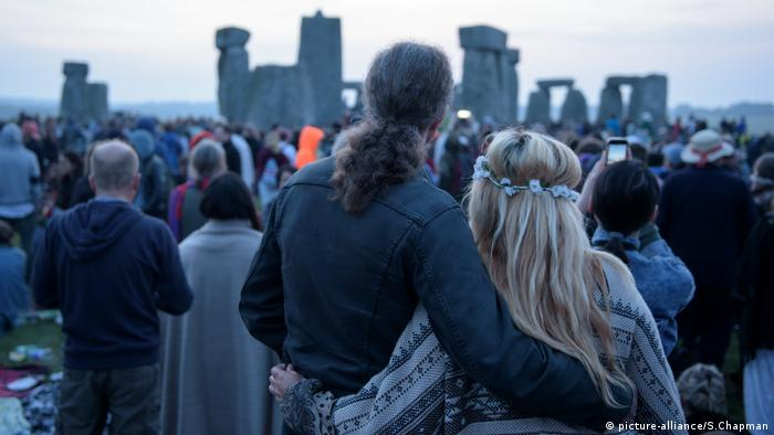 A couple waits for sunrise at Stonehenge (picture-alliance/S.Chapman)