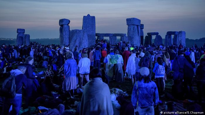 Stonehendge visitors wait for dawn at solstice (picture-alliance/S.Chapman)