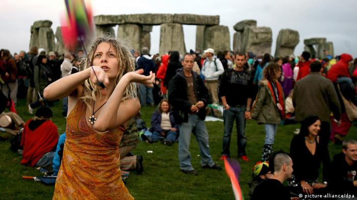 A woman dances at Stonehenge (picture-alliance/dpa)