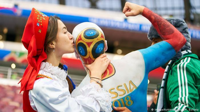 Fußball WM 2018 Russischer Fan mit Bodypainting