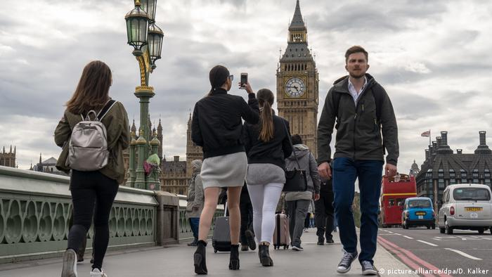 A dark cloudy day for tourists and locals in the UK capital, London. Crossing Westminster Bridge towards Big Ben (picture-alliance/dpa/D. Kalker)
