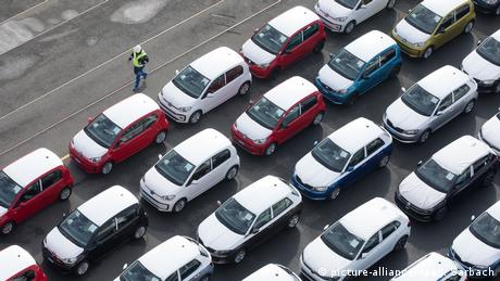 VW cars waiting to be shipped in Emden, Germany (picture-alliance/dpa/J. Sarbach)