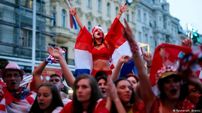 Croatian fans celebrating in Zagreb | Derweil in Zagreb (Reuters/A. Bronic)