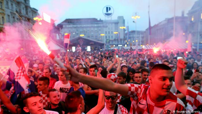 Fans fill the street after Croatia beat Argentina | Derweil in Zagreb (Reuters/A. Bronic)