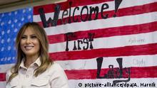 21.06.2018, USA, McAllen (Texas): Melania Trump, First Lady der USA, lacht, nachdem sie auf einem Bild der US-Flagge unterschrieben hat, auf der ein Willkommensgruß für sie steht. Die Ehefrau des Präsidenten besuchte ein Aufnahmezentrum für gegenwärtig 55 Kinder, die von den US-Behörden von ihren Eltern getrennt worden waren. Foto: Andrew Harnik/AP/dpa +++ dpa-Bildfunk +++ |