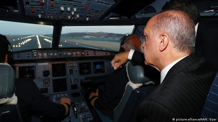 Türkei Präsident Erdogan Landung auf neuem Flughafen in Istanbul (picture-alliance/AA/K. Ozer)