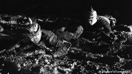 Soldados em cena do filme Nada de Novo no Front (1929/30), de Lewis Milestone.