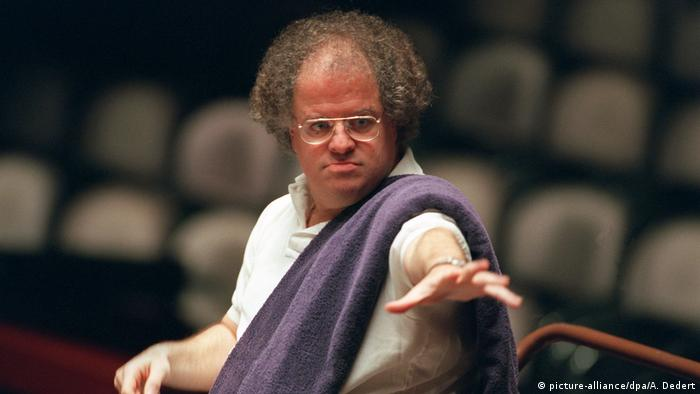 James Levine in 1996, seated while conducting, trademark towel draped over his shoulder (picture-alliance/dpa/A. Dedert)