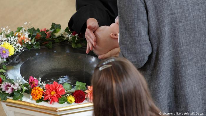 Indignación en Francia por bofetada de un cura a un bebé