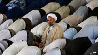 حکومت جمهوری اسلامی از مراسم نماز جمعه برای تبلیغ مواضع رسمی استفاده میکند. عکس آرشیوی