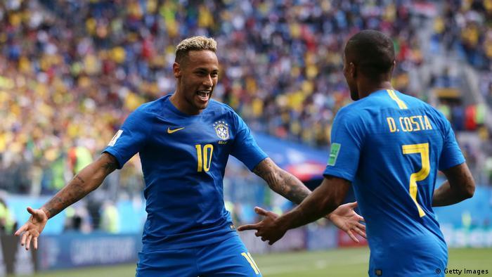 Aos 51 do segundo tempo: Neymar comemora com Douglas Costa