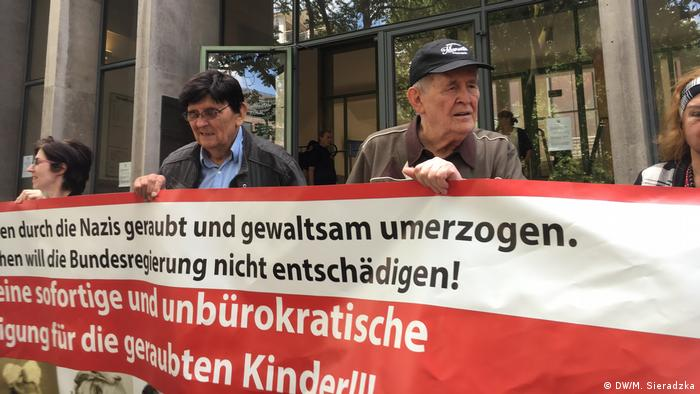 Lüdeking at a rally outside the Cologne court calling for the rights of children abudcted by Nazis (DW/M. Sieradzka)