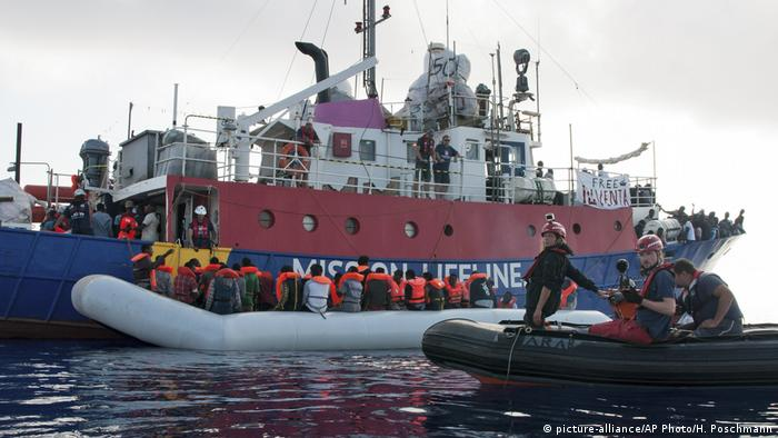 Mittelmeer NGO Mission Lifeline Schiff Flüchtlinge (Foto: picture-alliance/AP Photo/H. Poschmann)