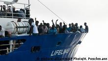 HANDOUT - 21.06.2018, Mittelmeer: Flüchtlinge stehen am Bug des Rettungsschiffes Lifeline der deutschen Hilfsorganisation Mission Lifeline. (zu dpa Neue Blockade von Rettungsboot mit Flüchtlingen im Meer am 22.06.2018) Foto: Hermine Poschmann/Mission Lifeline/dpa - ACHTUNG: Nur zur redaktionellen Verwendung im Zusammenhang mit der aktuellen Berichterstattung und nur mit vollständiger Nennung des vorstehenden Credits +++ dpa-Bildfunk +++ |