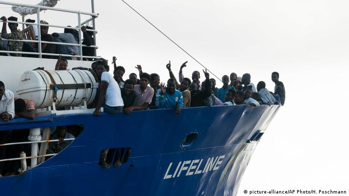 Mittelmeer NGO Mission Lifeline Schiff Flüchtlinge (picture-alliance/AP Photo/H. Poschmann)