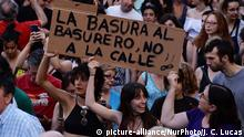 Demonstrators shout slogans and hold placard during a after a court ordered the release on bail of 'La Manada' (Wolf Pack) in Madrid on 22nd June, 2018. `Trash to the dump,, not to the streetÂ_. The Navarre Regional Court decided to provisionally release five men 'La Manada' (Wolf Pack) who were sentenced in April to nine years in prison for sexually abusing a young woman at Pamplona's bull-running festival in Madrid on 22nd June, 2018. (Photo by Juan Carlos Lucas/NurPhoto) | Keine Weitergabe an Wiederverkäufer.