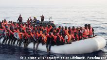 Libyen Migranten aufSchlauch von Schiff der deutschen NGO Mission Lifeline gerettet