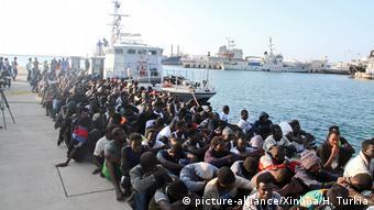 Нелегальные мигранты, которых вернули на побережье Ливии