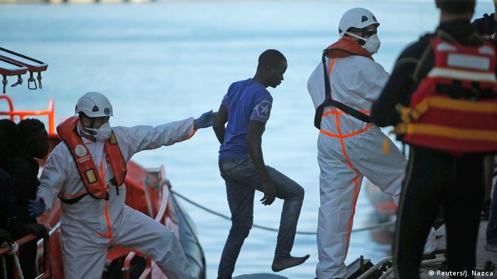Спасенные в Средиземном море мигранты из Африки, 22 июня 2018 года