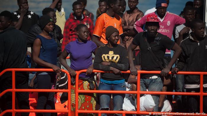 Spanien Malaga 55 gerettete Migranten