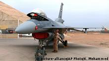 An Iraqi pilot checks a US-made Iraqi Air Force F-16 fighter jet at the Balad Air base in Bahdad in February 2018 (picture-alliance/AP Photo/K. Mohammed)