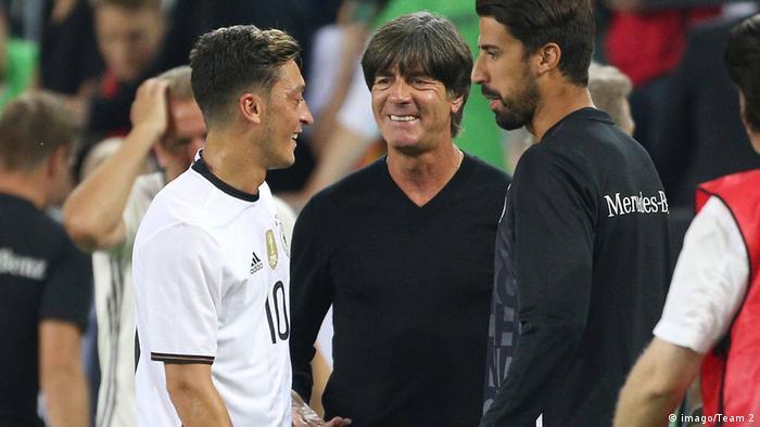 Sami Khedira (Deutschland), Mesut Özil (Deutschland) und Bundestrainer Joachim Löw (imago/Team 2)