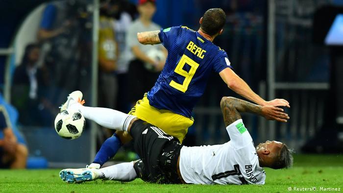 Esta entrada dura de Jérôme Boateng no atacante sueco Markus Berg resultou  na expulsão do zagueiro alemão 13cca1044a5f0