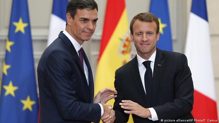 Emmanuel Macron (dir., ao lado de Pedro Sánchez) criticou falta de solidariedade de Estados-membros da UE