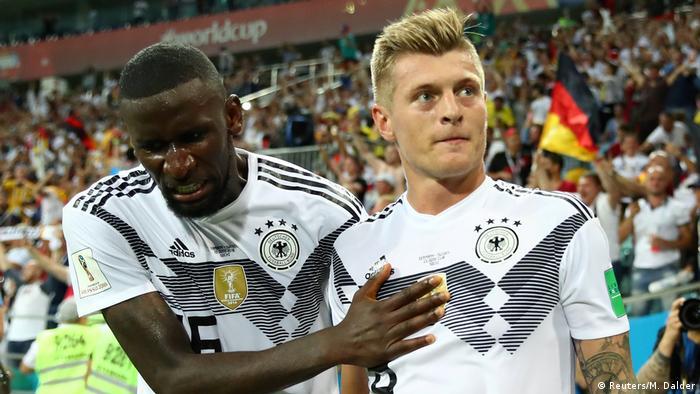 Toni Kroos es felicitado por Antonio Rudiger, tras gol contra Suecia en Mundial Rusia 2018