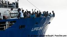 21.6.2018*** HANDOUT - 21.06.2018, Mittelmeer: Flüchtlinge stehen am Bug des Rettungsschiffes Lifeline der deutschen Hilfsorganisation Mission Lifeline. (zu dpa Neue Blockade von Rettungsboot mit Flüchtlingen im Meer am 22.06.2018) Foto: Hermine Poschmann/Mission Lifeline/dpa - ACHTUNG: Nur zur redaktionellen Verwendung im Zusammenhang mit der aktuellen Berichterstattung und nur mit vollständiger Nennung des vorstehenden Credits +++ dpa-Bildfunk +++ |