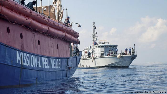 Mittelmeer - Deutsches Rettungsschiff Lifeline - Hunderte Flüchtlinge sitzen auf dem Mittelmeer fest