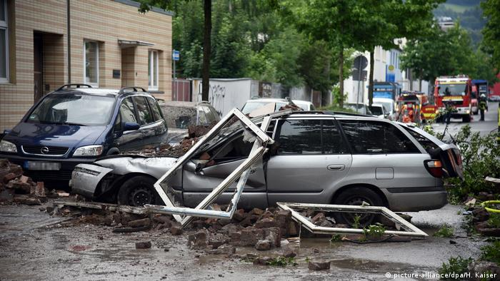 Debris from the building fell on top of vehicles parked outside (picture-alliance/dpa/H. Kaiser)