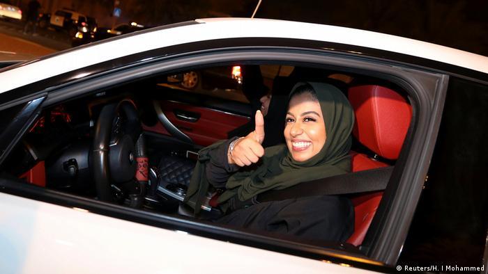 در پایيز سال گذشته میلادی، ولیعهد عربستان اصلاحاتی را در این کشور آغاز کرد. اجازه رانندگی به زنان و اجازه حضور آنان در کنسرتها و سینماها نیز بخشی دیگری از این اصلاحات هستند. اما نباید فراموش کرد که زنان در بسیاری از موارد شخص حقیقی و حقوقی کامل محسوب نمیشوند. آنها برای تحصیلات و یا حتی باز کردن یک حساب بانکی به اجازه مردان خانواده (پدر یا برادر) نیاز دارند.