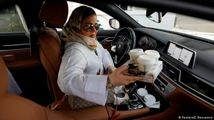سمیرا ال قامدی، روانشناس است. او امروز یکشنبه (۲۴ ژوئن/۳ تیر) برای اولین بار با اتومبیل خودش راهی دفتر کارش شد. عربستان سعودی تنها کشور جهان بود که تا این روز زنان در آن اجازه رانندگی نداشتند. این قانون حالا لغو شده است.