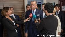 Der türkische Präsident Recep Tayyip Erdogan spricht nach seiner Wahl mit den Medien