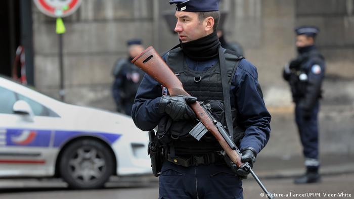 Вооруженные полицейские в Париже