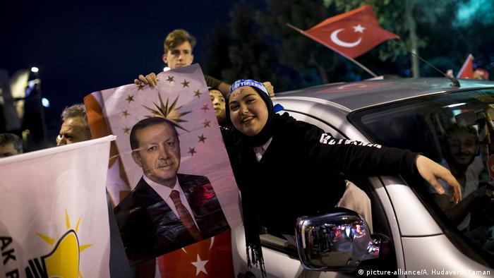 Wahlen Türkei - Erdogan erklärt sich zum Sieger - Erdogans Anhänger feiern (picture-alliance/A. Hudaverdi Yaman)